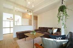 リビングの様子4。腰高の壁の奥にキッチンがあります。(2015-05-29,共用部,LIVINGROOM,1F)