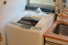 キッチンの隅に洗濯機が設置されています。(2015-05-29,共用部,LAUNDRY,1F)