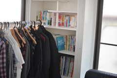 本棚の様子。備品は入居者さんの私物です。(103号室)(2015-05-29,専有部,ROOM,1F)