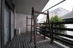 ベランダの様子。物干しができます。物干し台も木製。(206号室)(2014-02-06,専有部,ROOM,2F)
