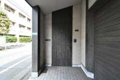 玄関ドアの様子。(2020-09-17,周辺環境,ENTRANCE,1F)