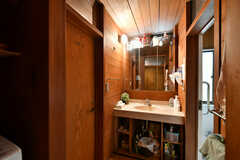 脱衣室の様子。洗面台が設置されています。左のドアはトイレです。(2020-09-17,共用部,BATH,1F)