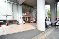 東急東横線・都立大学駅の正面はスーパーです。(2020-09-17,共用部,ENVIRONMENT,1F)
