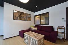 ゆったりとしたソファ。内窓が付いていて、廊下が見えます。(2016-06-27,共用部,LIVINGROOM,1F)