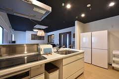 キッチンの様子2。冷蔵庫は2台あります。(2016-06-27,共用部,KITCHEN,1F)