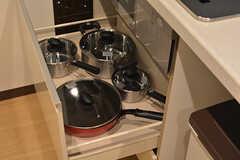 鍋類はヒーターの下に収納されています。(2016-06-27,共用部,KITCHEN,1F)
