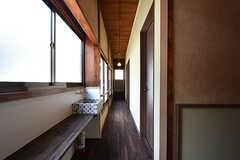 廊下の様子。突き当たりからサンルームに出られます。1階のモダンな雰囲気とは変わり、レトロな感じ。(2016-06-27,共用部,OTHER,2F)