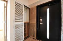 靴箱の様子。部屋ごとに使える場所が決まっています。扉にはオフホワイトの塗料が荒く塗られています。(2012-11-21,周辺環境,ENTRANCE,6F)