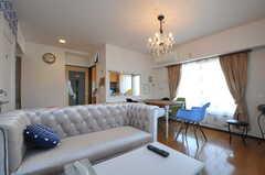 リビングの様子。大きなソファがポイント。(2012-11-21,共用部,LIVINGROOM,6F)
