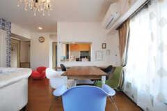 ダイニング・テーブルの様子。奥にキッチンがあります。(2012-11-21,共用部,LIVINGROOM,6F)