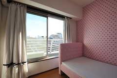 窓の外には洗濯物が干せそうなスペースがあります。(601号室)(2012-11-21,専有部,ROOM,6F)