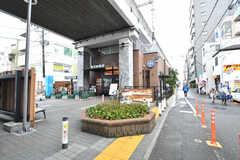 駅近くの高架下にはカフェや八百屋さんなどのお店が入っています。(2018-03-05,共用部,ENVIRONMENT,1F)