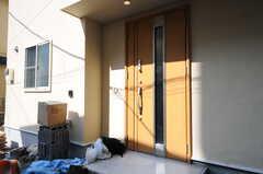 シェアハウスの玄関ドアの様子。(2013-04-15,周辺環境,ENTRANCE,1F)
