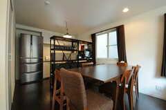 ダイニングテーブルの様子。奥はキッチンです。(2013-04-15,共用部,LIVINGROOM,2F)