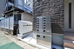 玄関脇には集合ポスト、宅配ボックス、ゴミ箱が設置されています。(2018-09-05,周辺環境,ENTRANCE,1F)