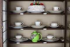 壁に設けられた食器棚には、専有部ごとのティーカップが用意されています。(2014-05-28,共用部,LIVINGROOM,2F)
