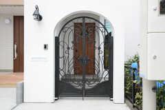 シェアハウスの門扉。奥に玄関があります。(2014-08-24,共用部,OUTLOOK,1F)