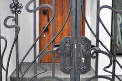 門扉はアイアン製。玄関には質感の良い木製の扉が設置されています。(2014-08-24,周辺環境,ENTRANCE,1F)