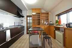 キッチンの様子2。中央に作業台がおかれています。(2014-05-01,共用部,KITCHEN,7F)