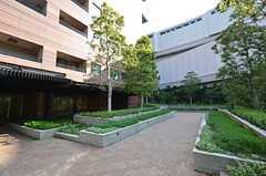 シェアハウスの周辺環境の様子2。庭園のある目黒区立大崎図書館まで徒歩2分ほどです。(2014-05-01,共用部,ENVIRONMENT,1F)