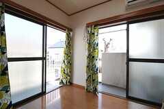 掃出窓からはベランダに出られます。(201号室)(2013-02-28,専有部,ROOM,2F)