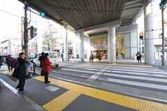 改札の目の前に深夜1時まで営業のスーパーがあります。(2013-02-28,共用部,ENVIRONMENT,1F)