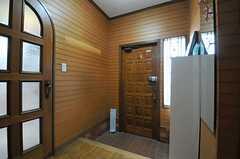 内部から見た玄関まわりの様子。左のドアの先がリビングです。(2012-04-03,周辺環境,ENTRANCE,1F)
