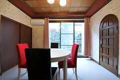奥の掃き出し窓からは庭に出られます。(2012-04-03,共用部,LIVINGROOM,1F)