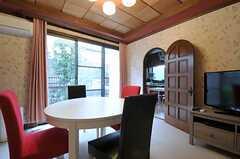 右手のドアはダイニングキッチンにつながっています。(2012-04-03,共用部,LIVINGROOM,1F)