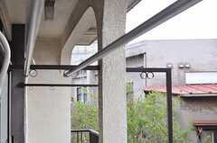 物干し竿用の輪っかが、レトロで可愛いです。(2012-04-03,共用部,OTHER,2F)