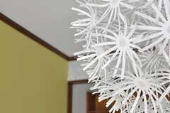 照明も花がたくさん。(206号室)(2012-04-03,専有部,ROOM,2F)