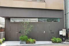 シェアハウスの正面玄関。右手がシェアハウスの入口。左のドアはオーナーさんの家の玄関です。(2012-05-28,周辺環境,ENTRANCE,1F)