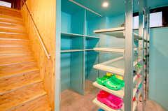階段脇はスーツケース等が置ける大型の収納スペースです。(2012-05-28,周辺環境,ENTRANCE,1F)