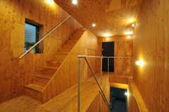 階段を上がって振り返ると、こんな感じ。木目がキレイです。リビングは3Fです。(2013-10-24,共用部,OTHER,2F)