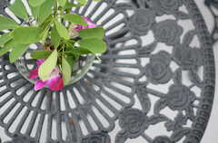 テーブルはバラをモチーフにしたつくり。(2013-10-24,共用部,OTHER,3F)