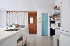 キッチンの隣にトイレがあります。(2012-05-28,共用部,KITCHEN,3F)