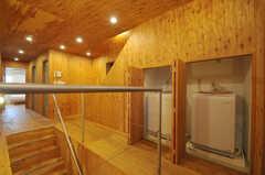 階段下に設置された洗濯機の様子。(2013-10-24,共用部,LAUNDRY,2F)