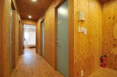 廊下の様子。突き当たりが205号室で、左右にある水色のドアはトイレやシャワーです。(2013-10-24,共用部,OTHER,2F)