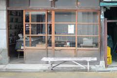 シェアハウスの近くに構える、レトロな雑貨屋。(2013-10-24,共用部,ENVIRONMENT,1F)