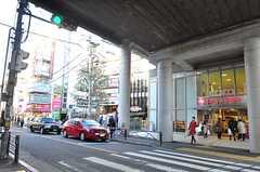 駅前の様子、スーパーや薬局、書店などがあります。 ※事業者様提供素材(2014-01-13,共用部,ENVIRONMENT,1F)