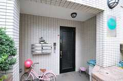 シェアハウスの正面玄関。各部屋ごとのポストが設置されています。(2013-07-03,周辺環境,ENTRANCE,1F)