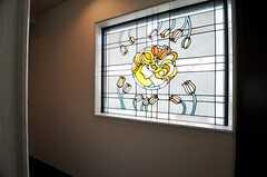 廊下の窓にはステンドガラス風のフィルムが貼ってあります。(2011-03-20,共用部,KITCHEN,2F)