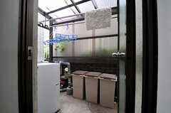 洗濯物干し場の様子。屋根があるため急な雨でも安心。(2013-07-03,共用部,OTHER,1F)