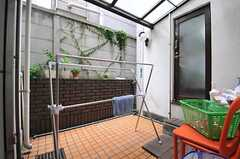 テラスの様子。物干しもできます。102号室はテラスを通ってリビングやバスルームにアクセスします。(2013-07-03,共用部,OTHER,1F)