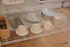 共用の食器もラックに収納されています。(2016-03-23,共用部,KITCHEN,2F)