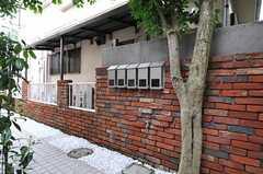 ポストの様子。雰囲気のあるレンガの塀です。(2011-06-16,共用部,OTHER,1F)