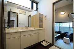脱衣室の様子。広い洗面台です。(2013-06-03,共用部,BATH,1F)