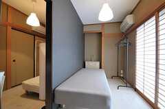 専有部は2部屋がつながる間取りです。ベッドは希望によって撤去することができます。(102号室)(2013-06-03,専有部,ROOM,1F)