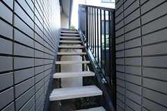 2階部分は玄関が別になっています。(2013-06-03,周辺環境,ENTRANCE,1F)