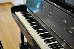 ヤマハのピアノが置かれています。(2014-03-31,共用部,LIVINGROOM,1F)
